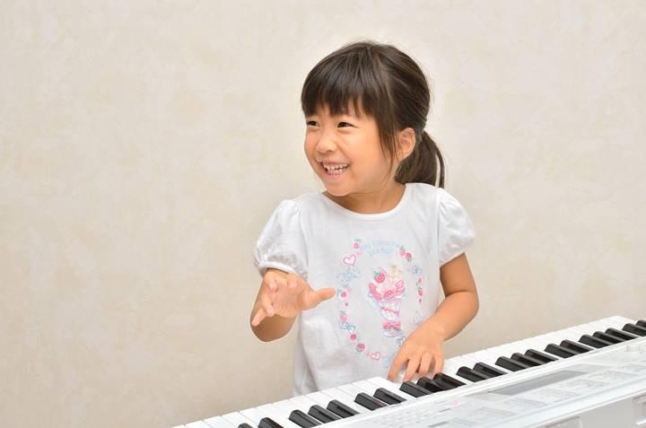 女の子がピアノを習っている画像