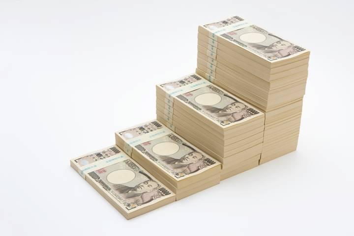 理学療法士の退職金のイメージで万札の束が積まれている画像