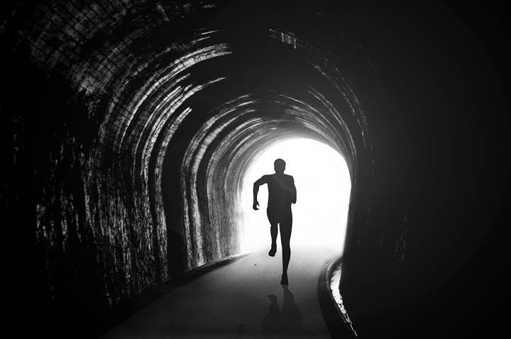 理学療法士が暗闇から走り出している画像