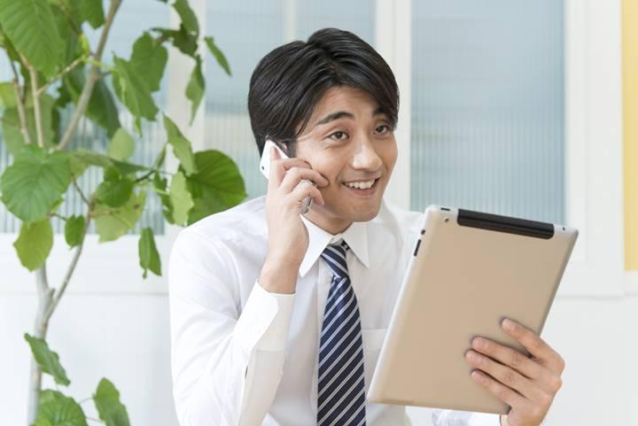 転職サイトに電話している男性理学療法士の画像