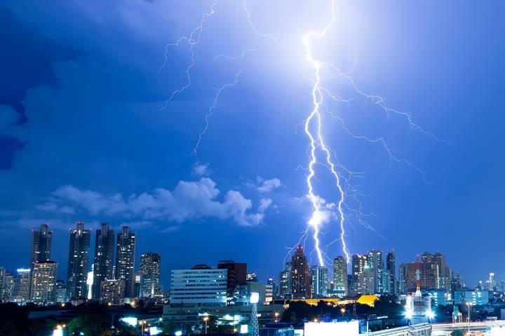 都会に雷が落ちている画像