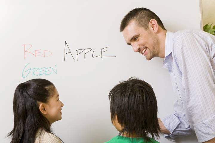 子どもが英会話を習っている画像