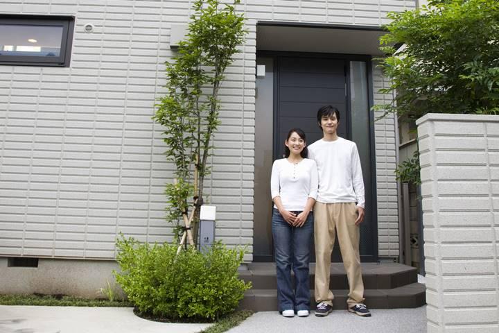 理学療法士夫婦が玄関前に立っている画像