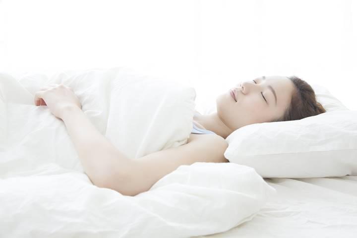 女性理学療法士がベッドで休んでいる画像
