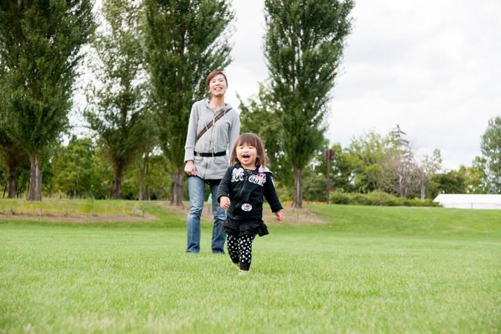 女性理学療法士が子どもと公園で遊んでいる画像