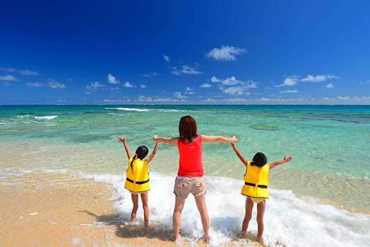 理学療法士の家族が海に遊びにきた画像