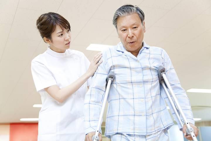 女性理学療法士が松葉杖の患者さんと歩行練習している画像