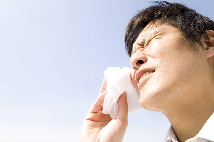 夏場の訪問リハビリで汗を流している理学療法の写真
