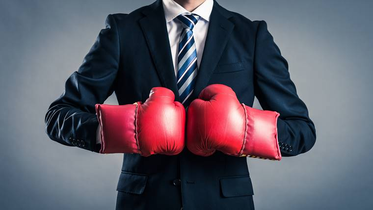 理学療法士の転職ライバルがボクシンググローブをはめて身構えている画像