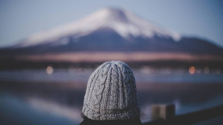 新人女性理学療法士が遠くに見える富士山を見ている画像